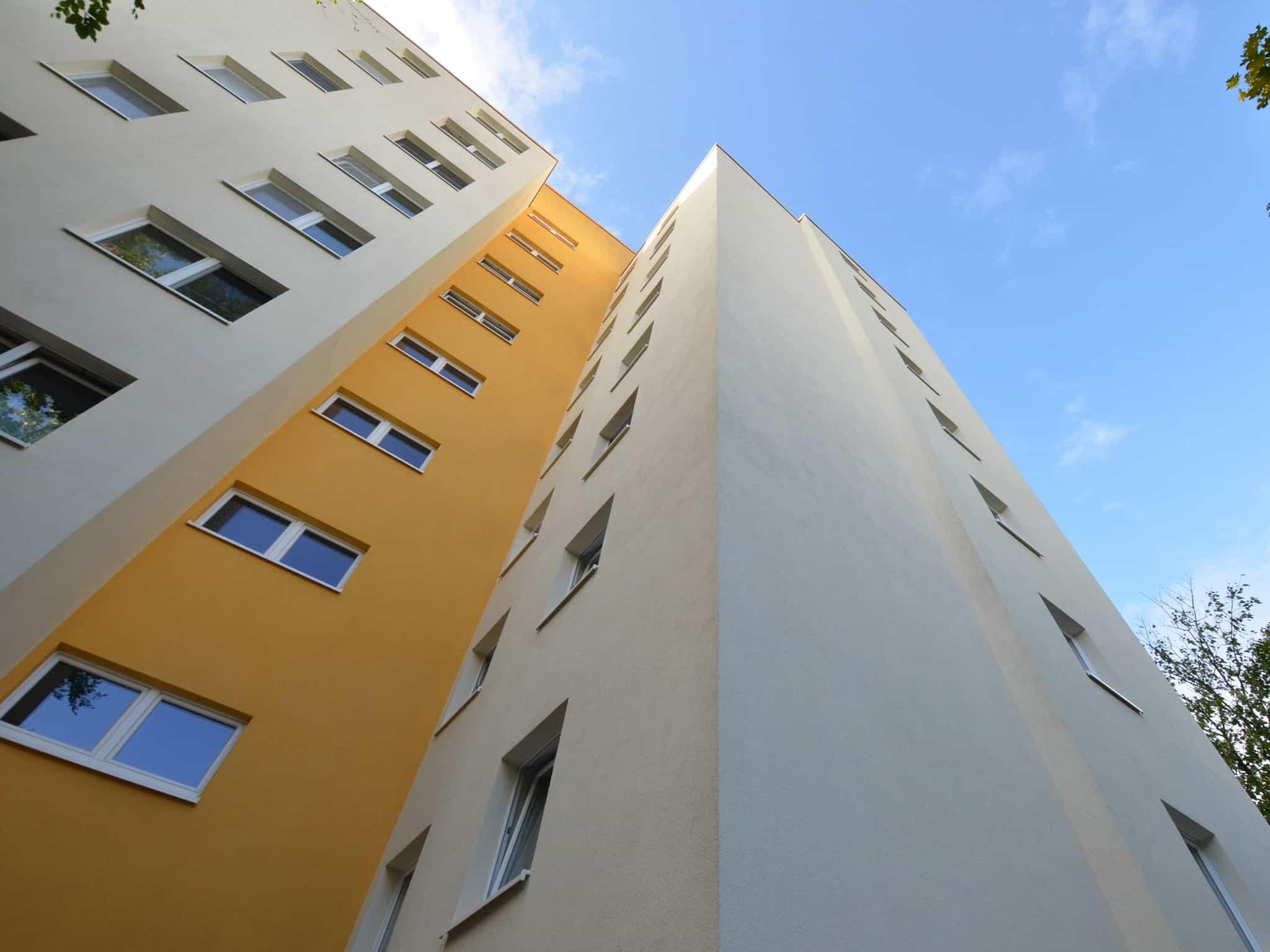 saubere Hochhausfassade