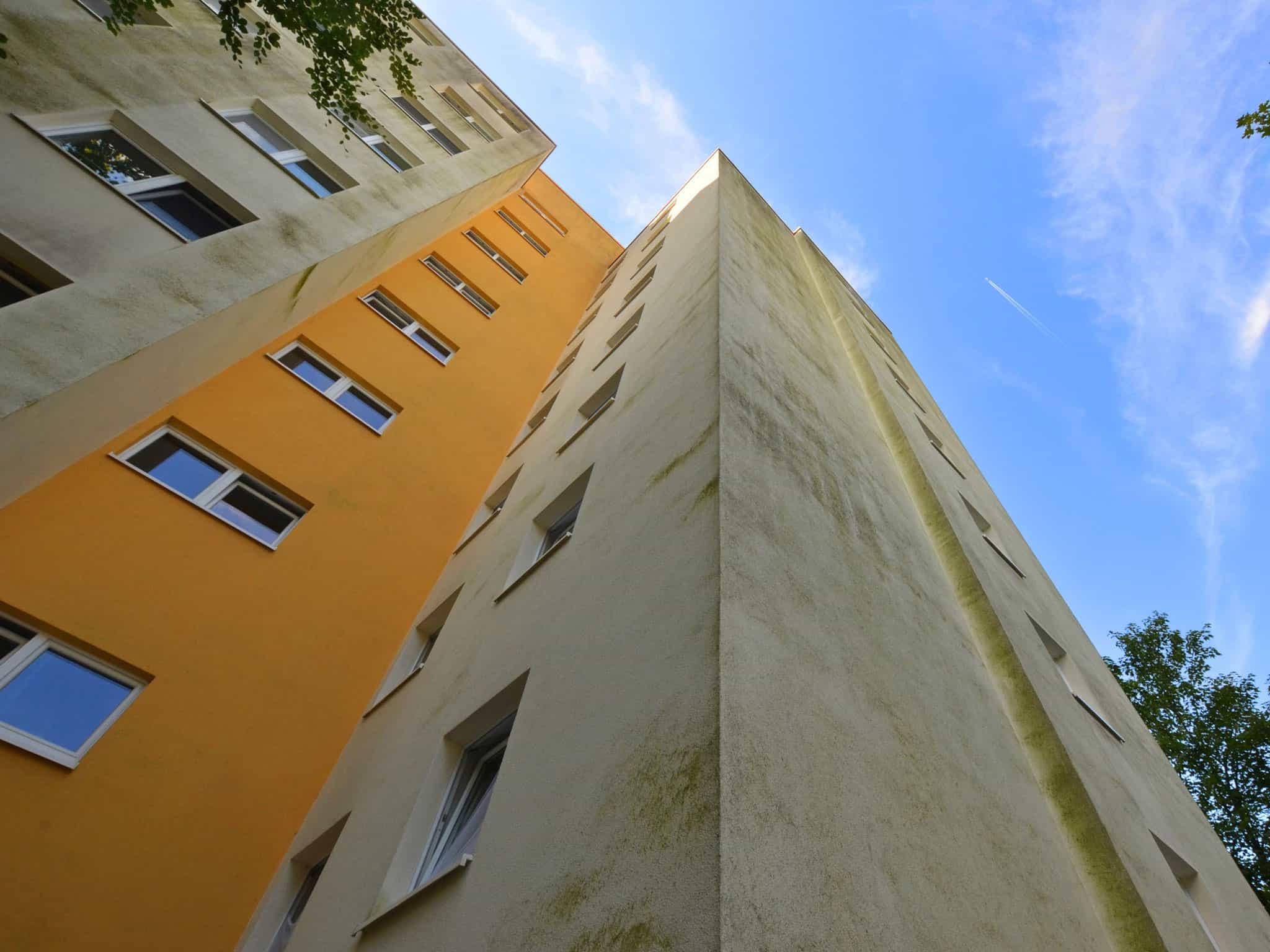 Hochhaus stark verschmutze Fassade
