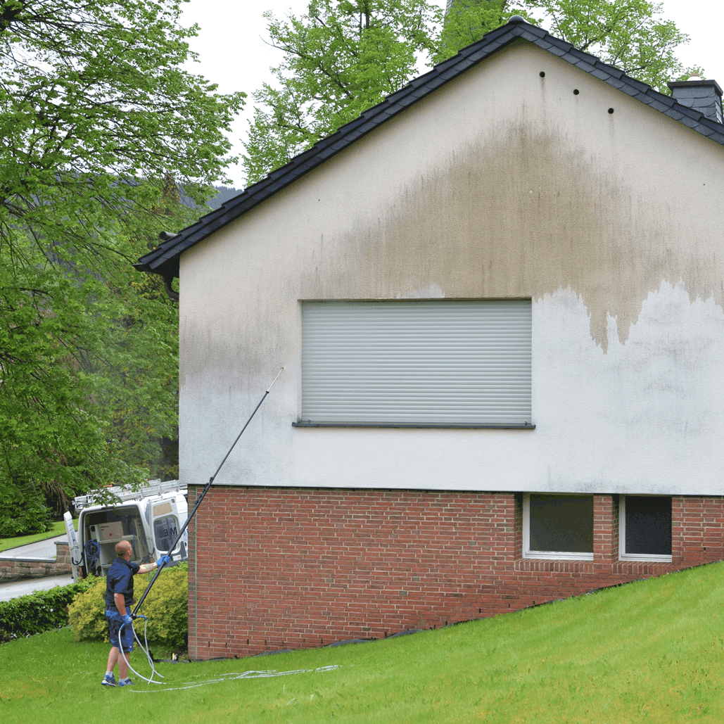 Die Fassade wird mit unserer Spezialflüssigkeit gründlich besprüht
